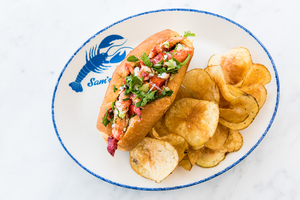 2019SamsAnchorCafe-lobsterroll.jpg